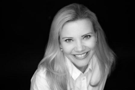ringlicht portrait blonde dame in schwarzweiß