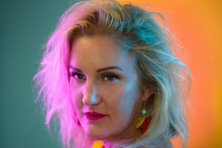 portrait im rosa - blauen neonlicht