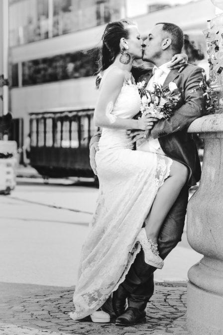 brautpaar hochzeitsfotografie on location schwarz-weiß