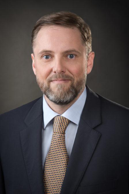 Bewerbungsfoto Mann mit blauem Sakko und Krawatte