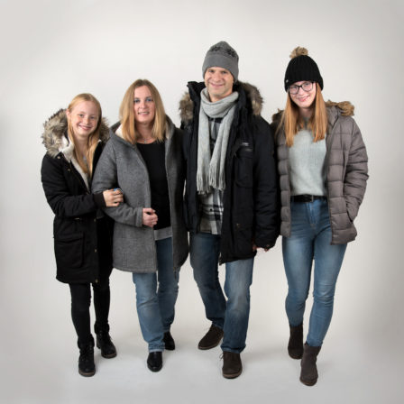 familie in winter-outfit gehend