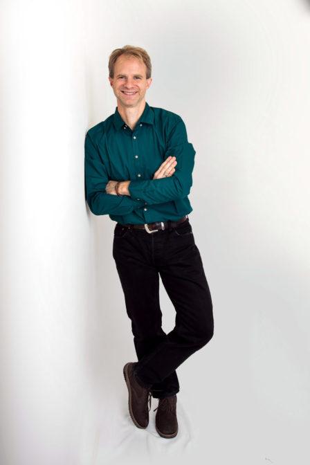 männerportrait ganzkörper auf weißem hintergrund