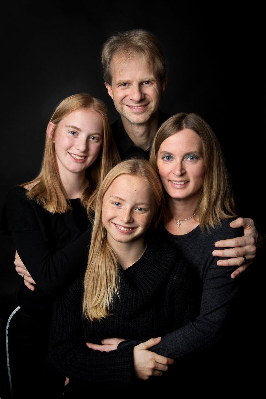 familie auf schwarzem hintergrund