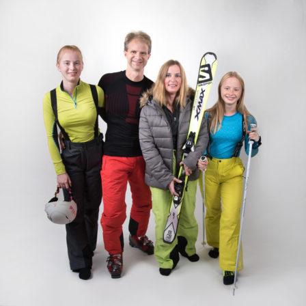 familie im ski-outfit