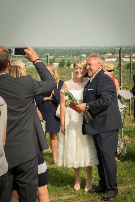 hochzeitsreportagefoto das brautpaar wird von einem gast mit dem handy fotografiert