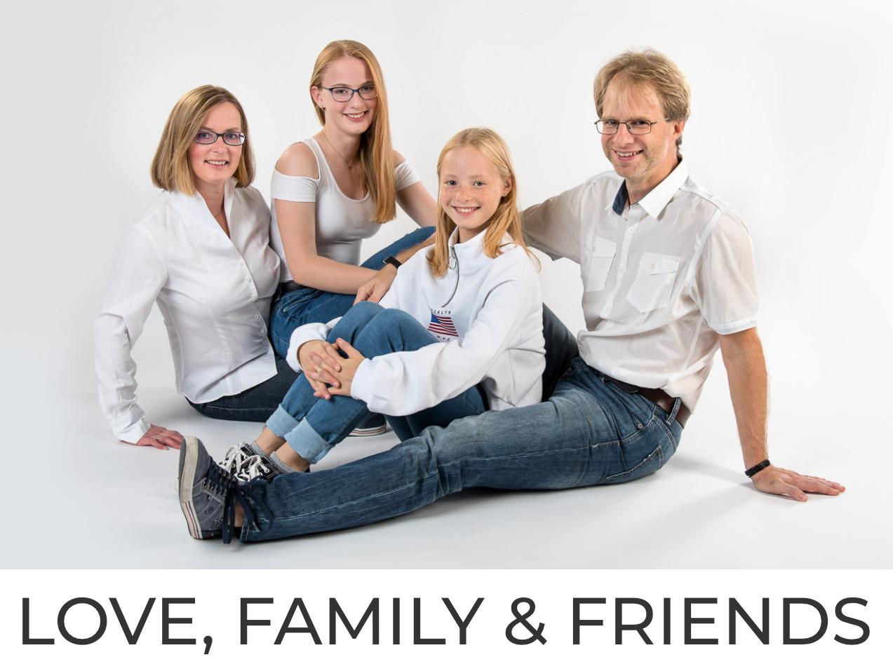 Familienfoto mit Jeans und weißen Hemden