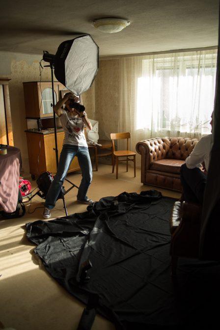 on location fotografin bei kunden im wohnzimmer zuhause mit studioblitzanlage