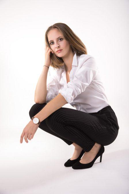 portrait junge dame im businessoutfit