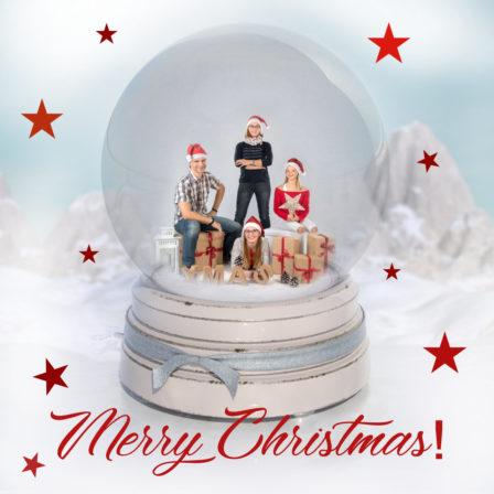 weihnachtscomposing schneekugel mit familie merry christmas