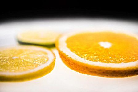 zitronen orangen limetten scheiben vordergrund scharf