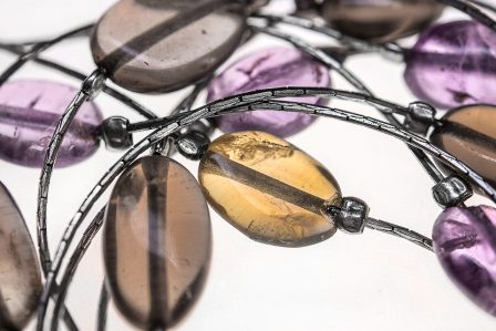 silberschmuck mit lila und braunen halbedelsteinen