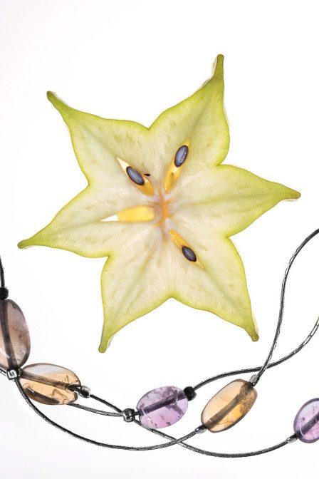 silberschmuck mit lila und braunen halbedelsteinen mit sternfrucht daneben