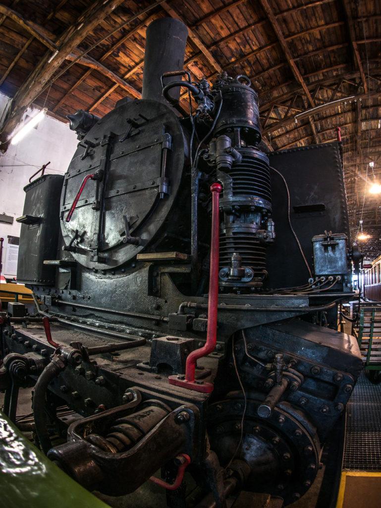 Historische Dampflok in Wagenhalle
