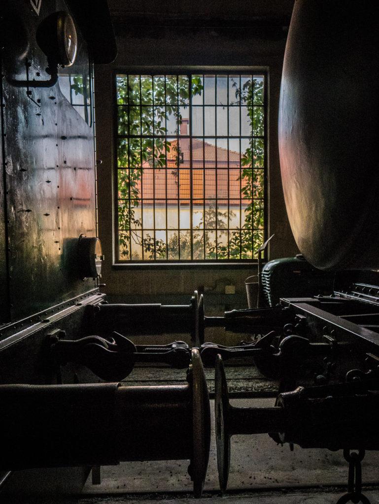 Blick aus dem Fenster der Wagenhalle, im Vordergrund links uns rechts zwei Waggons