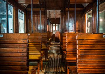 historischer Eisenbahnwaggon mit Holzinterieur