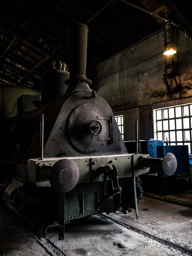 schwarze Dampflok in Wagenhalle