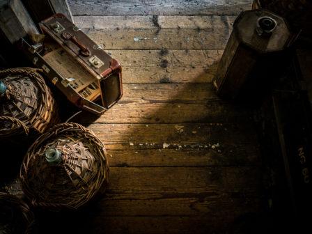 Körbe und Koffer als Ladung in eimem alten Güterwaggon mi Holzboden